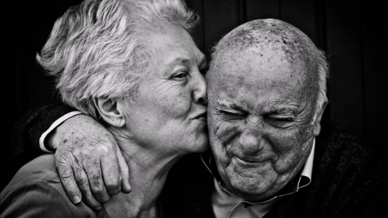 картинки с поцелуями пожилых людей смотрят говорят